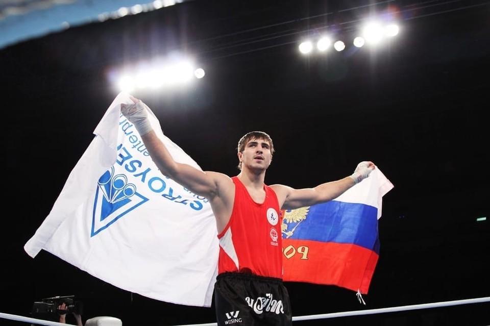 Артем Вахитов - самый титулованный воспитанник федерации тайского бокса Кузбасса, генеральным спонсором которой 19 лет выступает АО «Стройсервис». Фото: АО «Стройсервис».