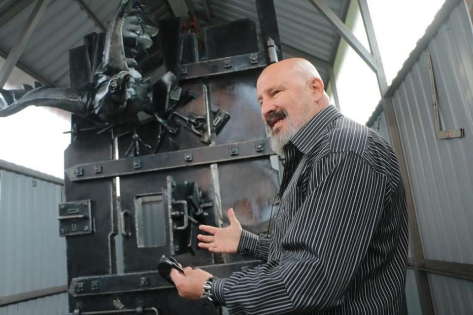 Скульптор Александр Капралов показал памятный знак, сделанный к 200-летию Достоевского.