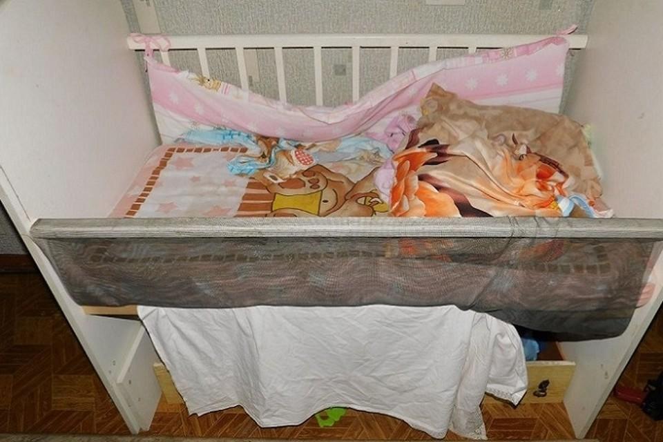 Малышку обнаружили мертвой между страховочной сеткой и краем детской кроватки. Фото: СК