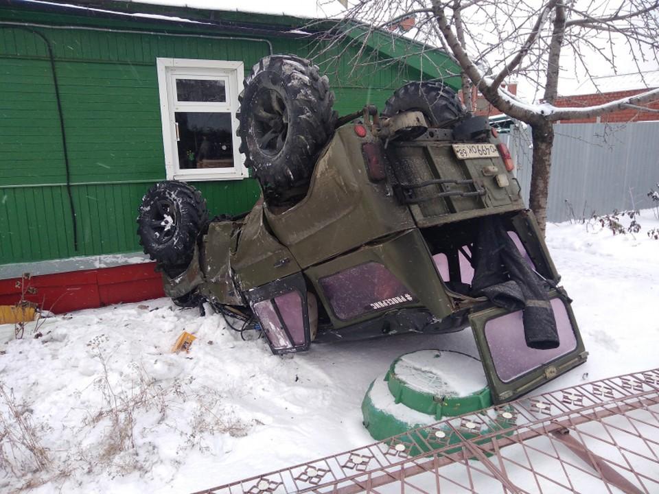 """""""УАЗ"""" после столкновения с """"Приорой"""" отбросило прямо в жилой дом"""