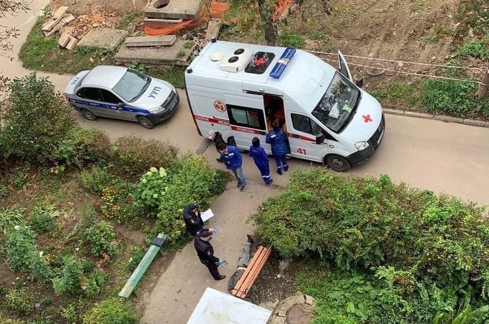В Алексине Тульской области весь день на улице лежит мертвое тело