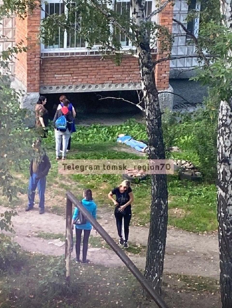 """Предположительно падение было с третьего этажа. Фото: """"Регион-70"""""""