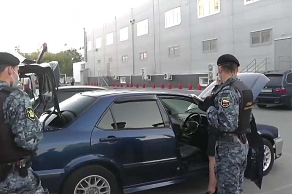 Арест машины (фото: скриншот видео пресс-службы УФССП по Алтайскому краю)