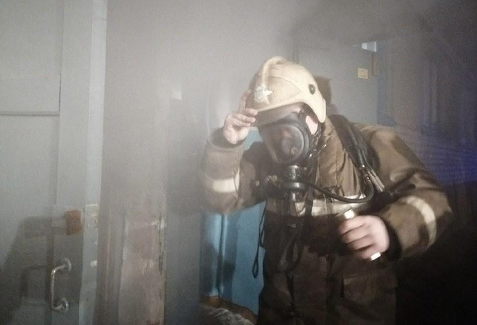 Квартира на улице Кловской сгорела ранним утром в Смоленске. Фото: пресс-служба ГУ МЧС по Смоленской области.