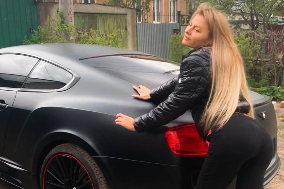В полицию обратилась 27-летняя Кристина Кирина. Девушка сообщила полицейским, что ее товарищ по имени Максим забрал ее автомобиль Бентли Continental и все документы на авто для ремонта.