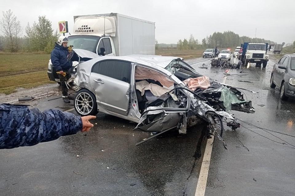 Водитель легковушки, которая врезалась в транспорт с пассажирами, скончался на месте аварии. Фото: ГИБДД Татарстана