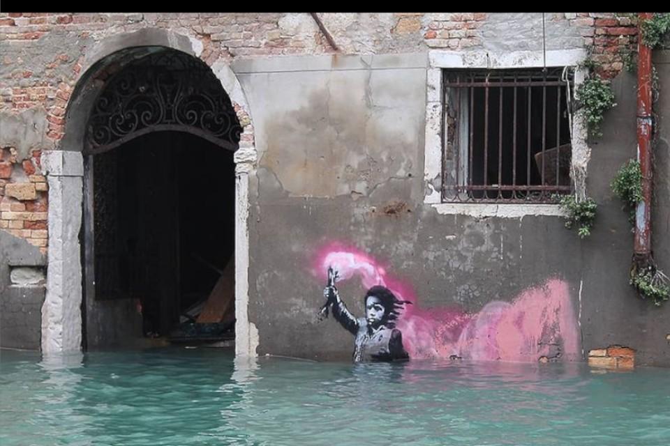 Одна из работ загадочного бунтаря Бэнкси в Венеции. Фото: instagram.com/banksy/