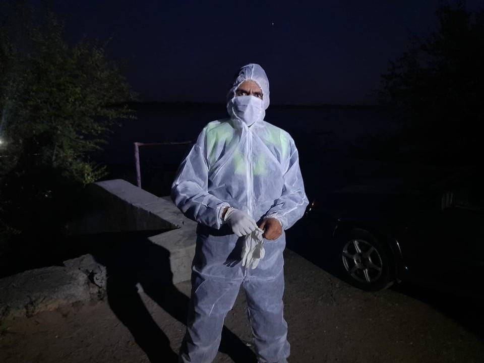Спасателям пришлось надеть средства защиты, чтобы не заразиться коронавирусом. Фото: облздрав.