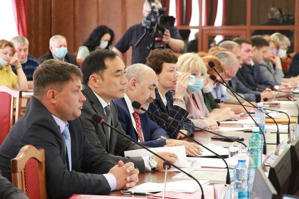 Депутаты поддержали идею с покупкой компьютеров для многодетных семей. Фото: предоставлено Законодательным собранием Новосибирской области.