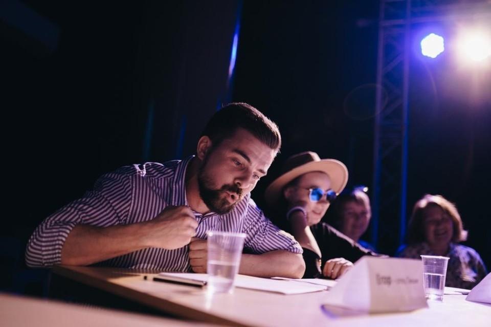 """В тюменской кофейне бесплатно проведут серию читок пьес. Фото: из группы """"Космос / Молодежный театральный центр"""" во ВКонтакте."""