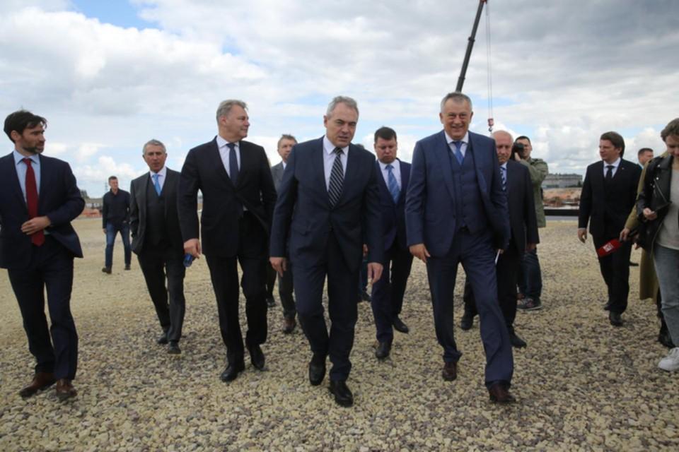 Стройку нового предприятия посетил губернатор Ленобласти. Фото предоставлено пресс-службой Правительства Ленобласти.