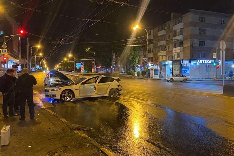 Один из автомобилей отбросило на рекламный щит. Фото: отдел пропаганды ГИБДД по Ростовской области.
