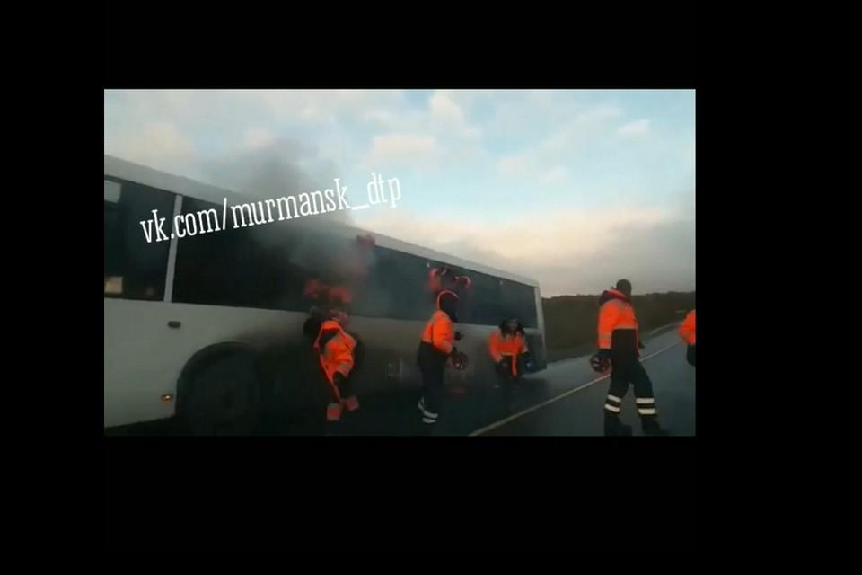 Несмотря на то, что пожарные быстро прибыли на место, машина сгорела полностью. Фото: скрин видео