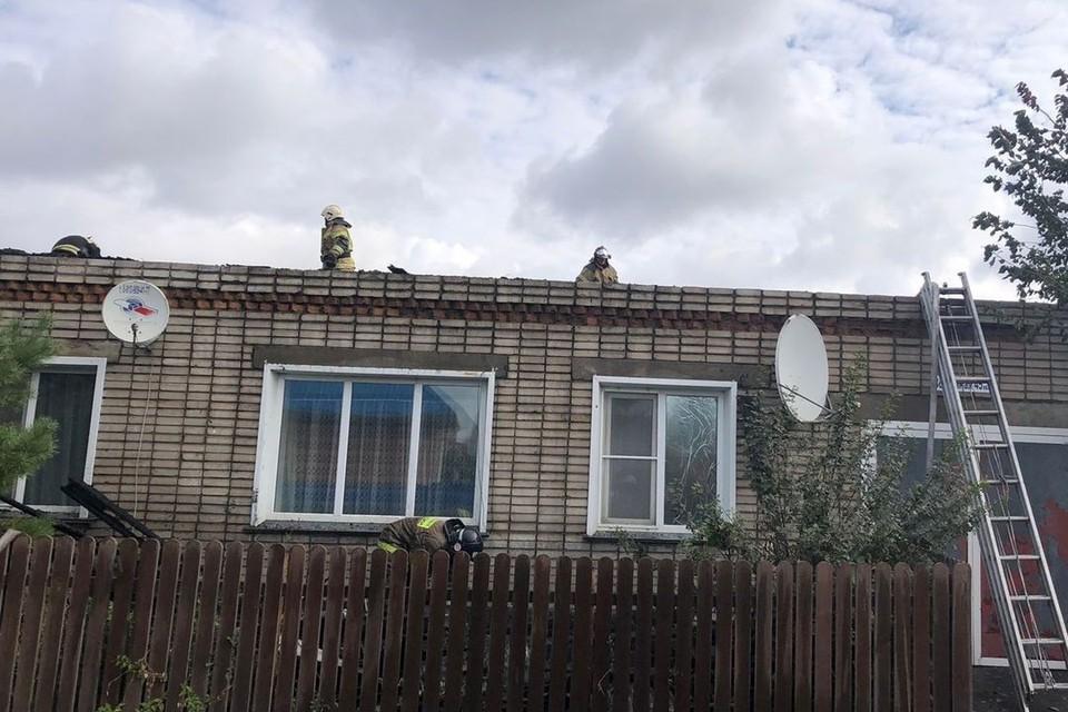 В доме загорелась крыша. Фото: ГУ МЧС России по Новосибирской области