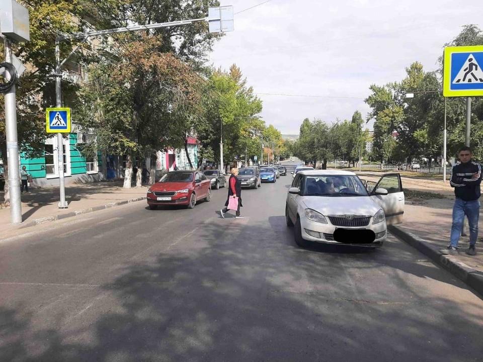 Женщина переходила дорогу по пешеходному переходу