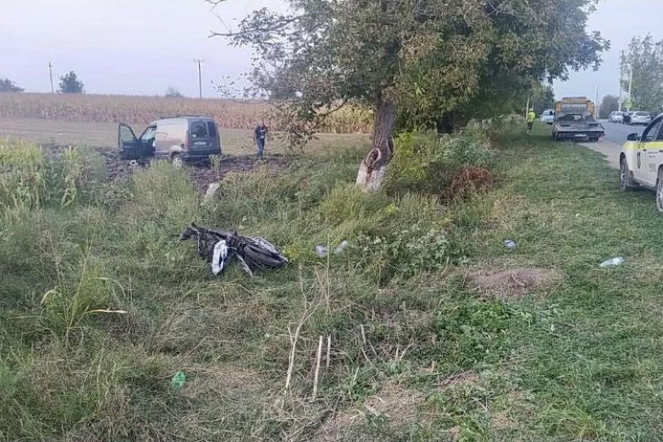 23-летний водитель двигался с превышением скорости, не справился с управлением и врезался в мотоцикл. Фото: IPN