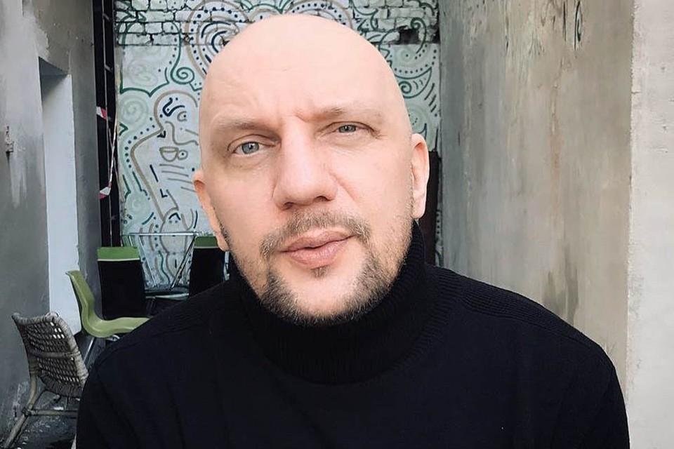 В ночных приключениях солиста популярной рок-группы 25/17 Андрея Позднухова сейчас разбирается московская полиция.