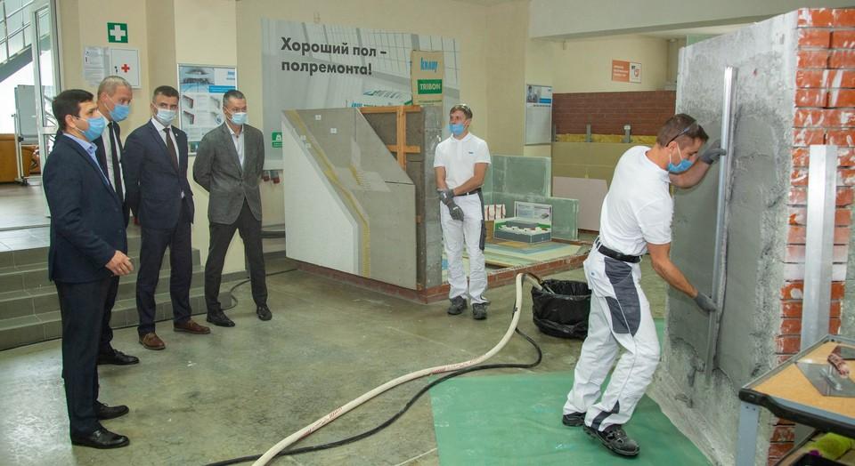 Мастера-демонстраторы учебного центра провели для гостей мастер-класс по применению на практике строительных материалов компании КНАУФ.