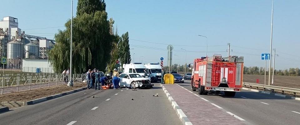 При столкновении автомобилей оба водителя пострадали.