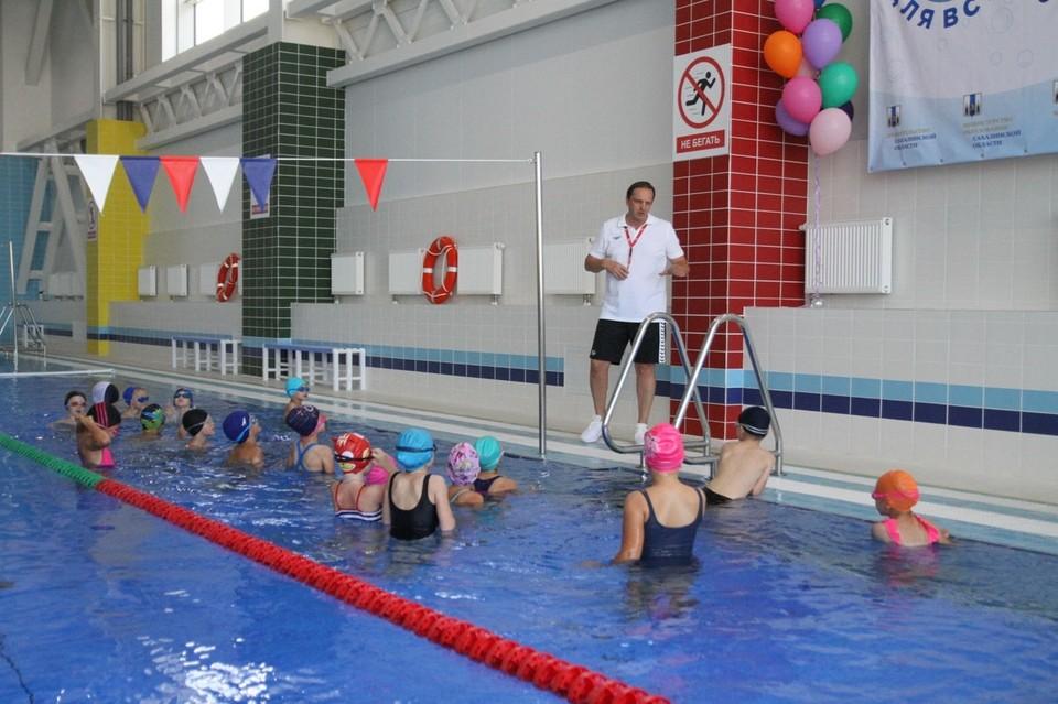 По итогу занятий ребята должны научиться держаться на воде, а самые талантливые уже смогут проплыть 25 метров, – отметил тренер Сергей Мелешков.
