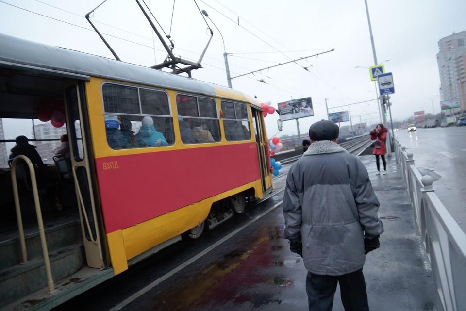 Трамвай стоял, пока пассажира, которому стало плохо, не забрали медики