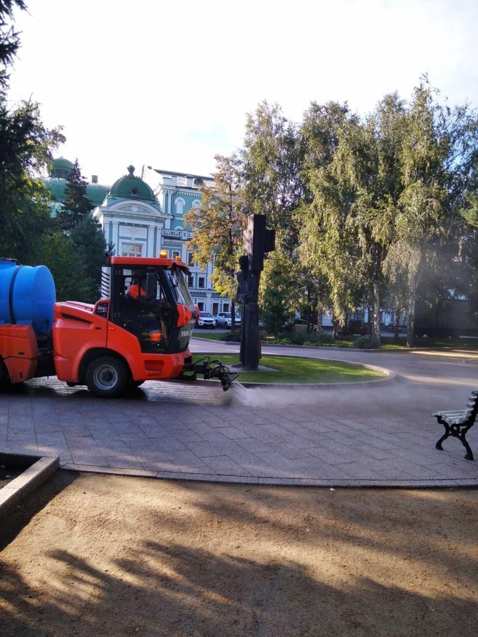 В Омске моют пешеходные дорожки в скверах.