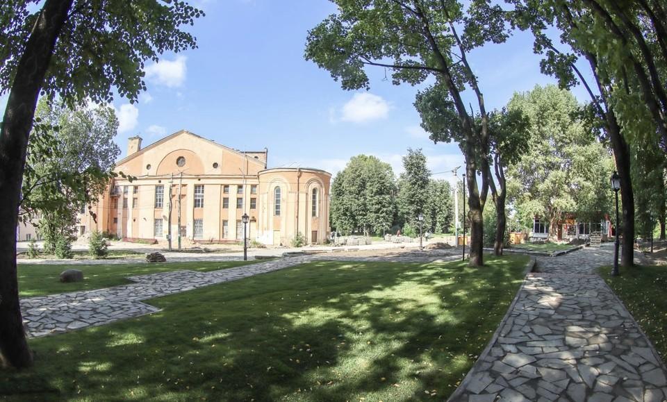 Работы по благоустройству сквера за «Октябрём» в Смоленске завершаются. Фото: пресс-служба администрации города Смоленска.