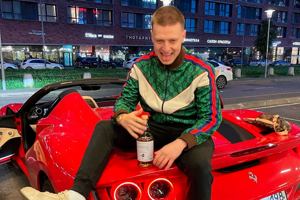 Вместе с товарищами блогер устроил прыжки на элитных авто. Компания арендовала машины в компании dayDream.