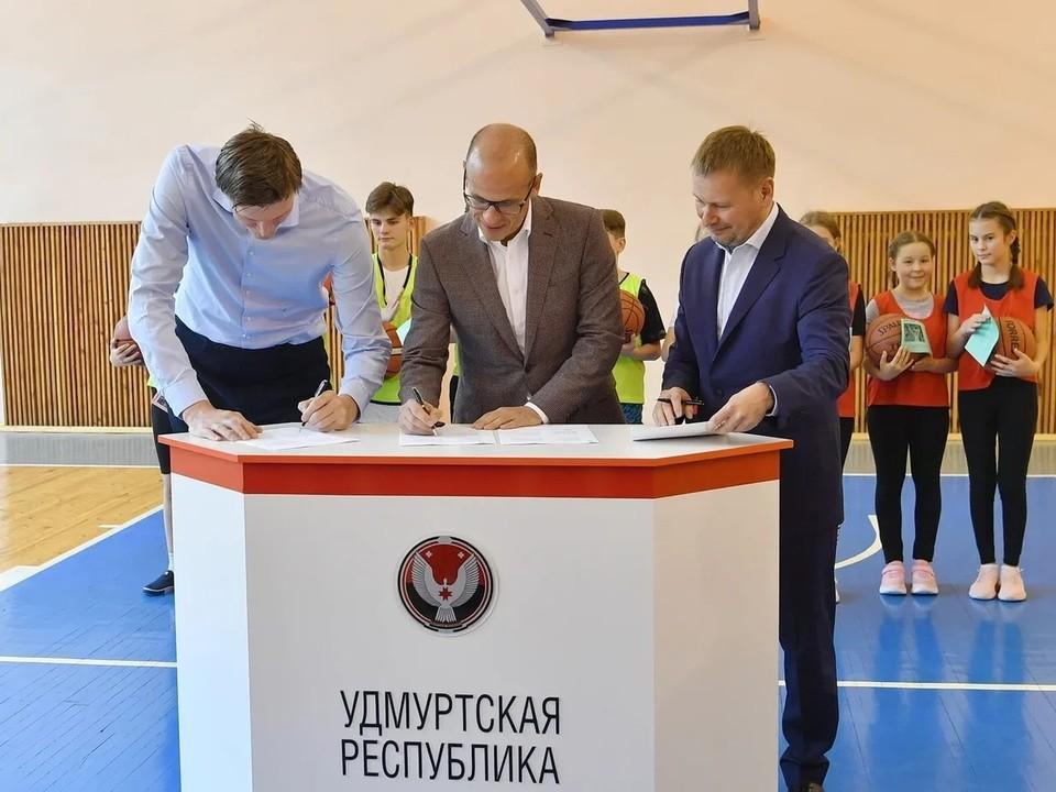 Подписание соглашения о развитии баскетбола в республике на период 2021-2024 годов. Фото: Александр Бречалов
