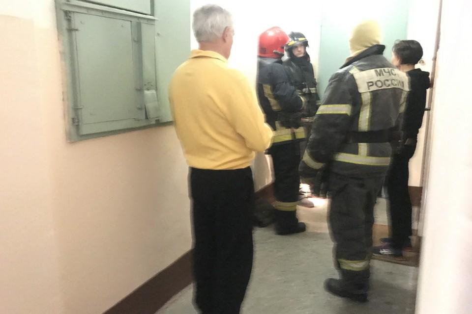 """В Петербурге спасатели помогли """"скорой"""" попасть в квартиру пенсионерки."""