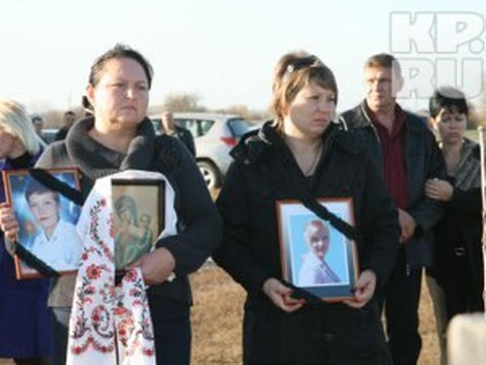 Родственники убитых с трудом верят в смерть близких.