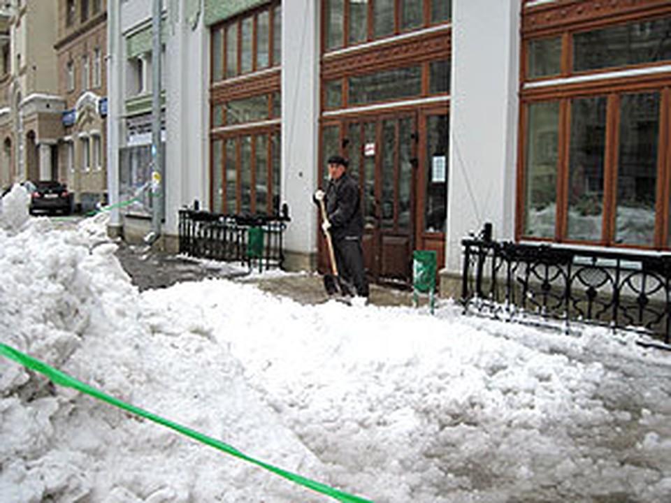 Огромная снежная масса повредила крышу театра
