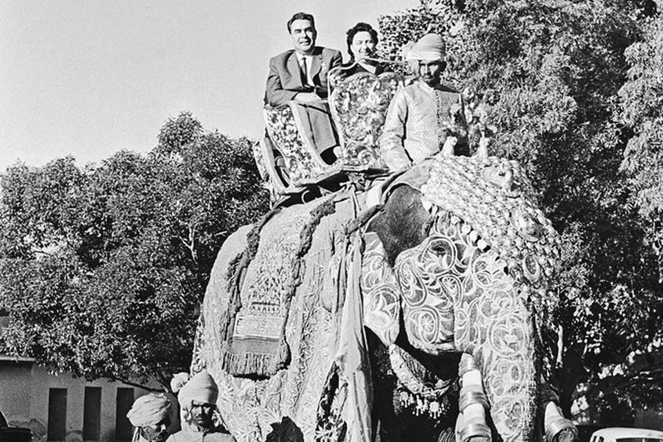 Редкий кадр: Леонид Ильич в Индии вместе с супругой. Да еще в такой... неофициальной обстановке.
