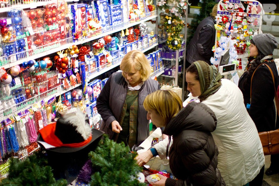 До главного зимнего праздника осталось всего две недели - и это самое время для покупки сувениров и подарков.