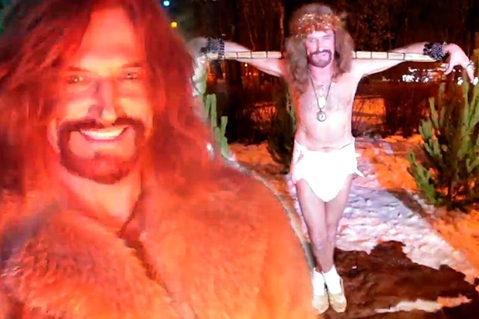 Никита Джигурда предстает в своем новогоднем клипе в разных образах, в том числе и в таком, который может оскорбить особо чувствительных верующих