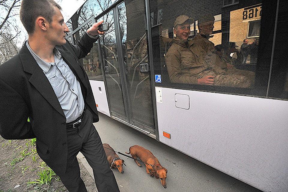 Народное ополчение Донбасса заблокировало 2 автобуса с людьми, прибывшими разгонять митинг