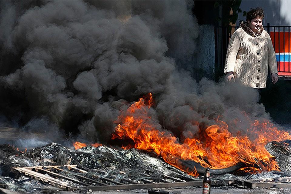10 мая. Догорающие покрышки в самом центре Мариуполя...