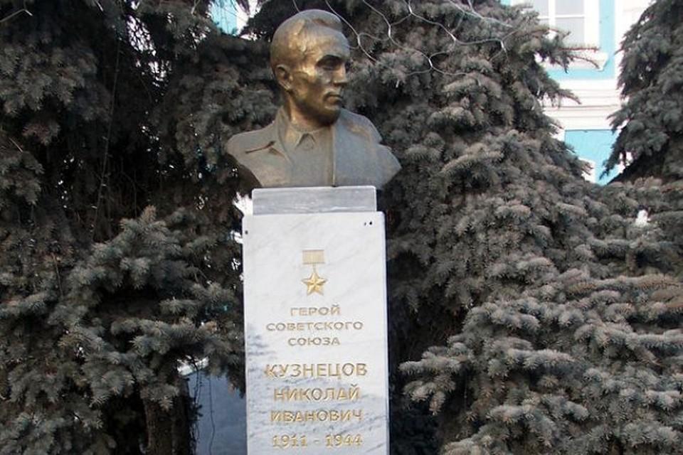 На Украине снесли бюст советскому разведчику Николаю Кузнецову