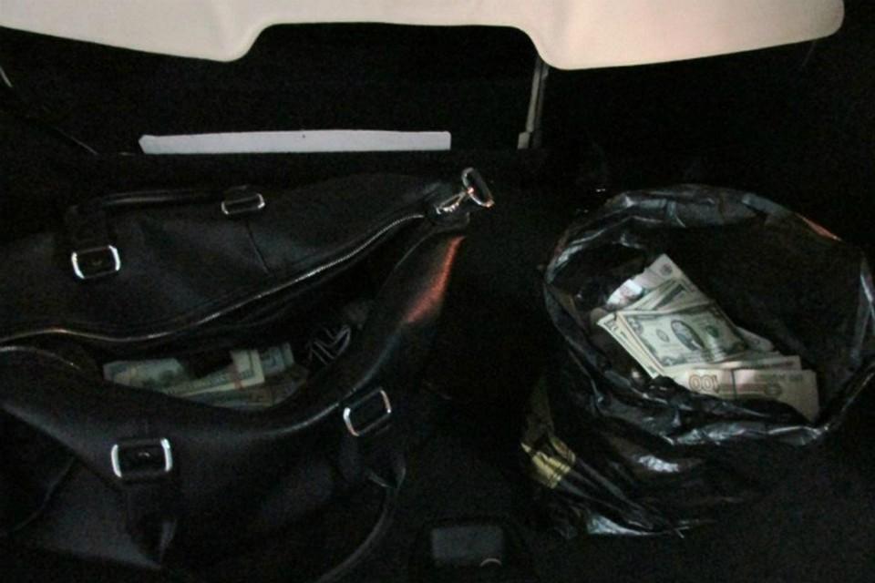Деньги везли в багажнике в сумках.