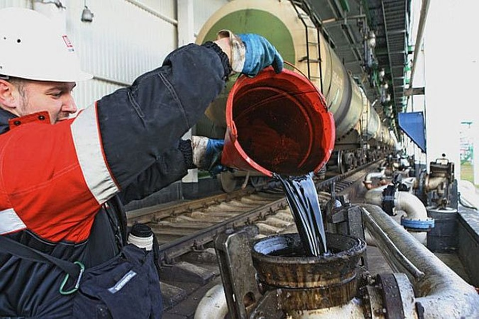 Цены на нефть опустилась ниже $44 за баррель