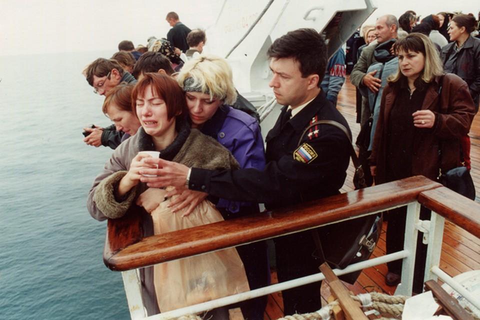 """Родные погибших на подлодке """"Курск"""" во время поднятия затонувшего судна."""