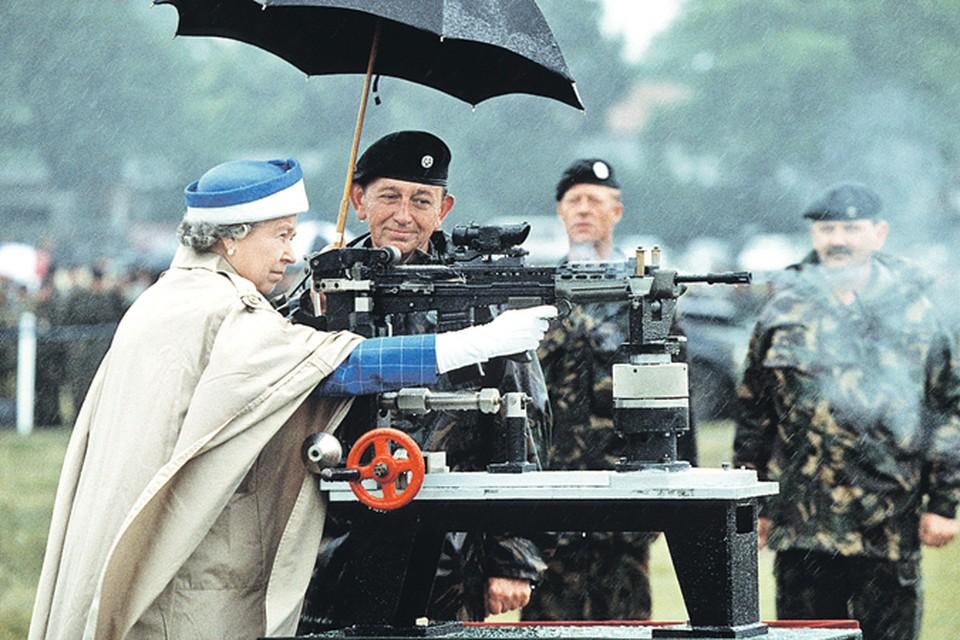 В Великобритании на Россию сквозь прицел смотрит не только Ее Величество. Фото: Glenn Harvey/REX Shutterstock