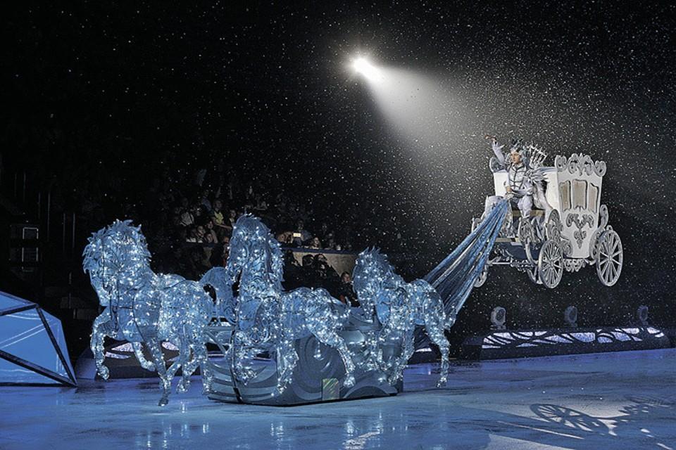 В своем шоу фигурист появляется на летающей колеснице в образе Снежного короля. Фото: thesnowking.ru