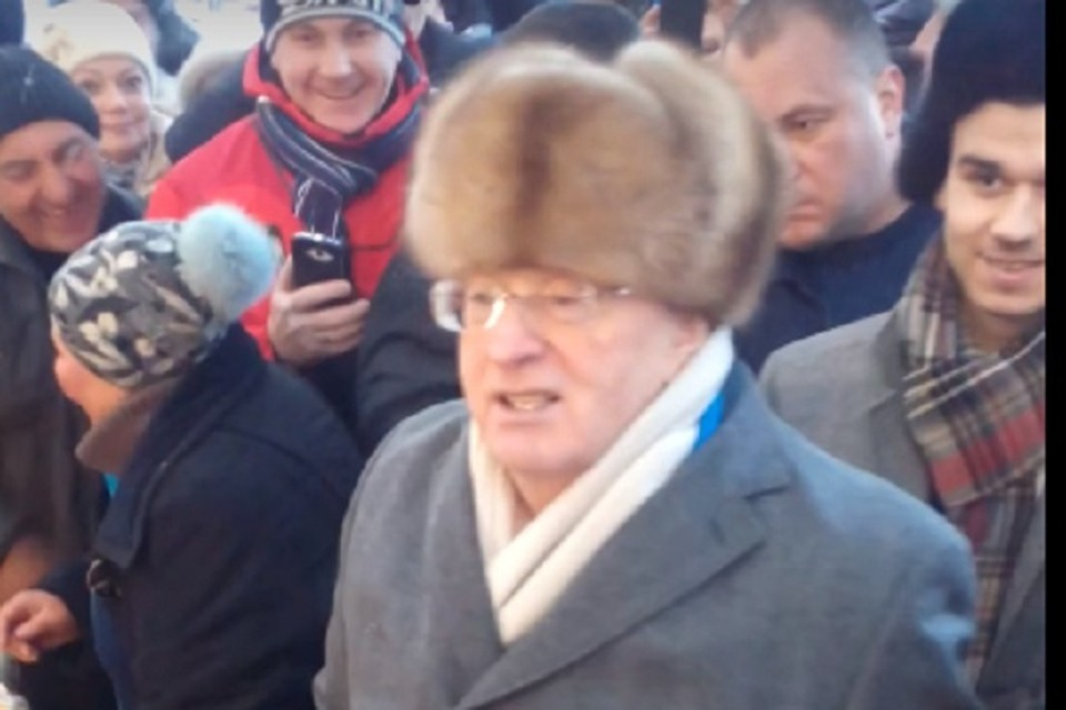 Владимир Жириновский устроил раздачу тортов на рынке в Кисловодске. Фото: Youtube