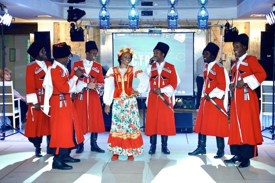 Африканские артисты привыкли выступать в казачьих костюмах ФОТО: marusya-folk.ru