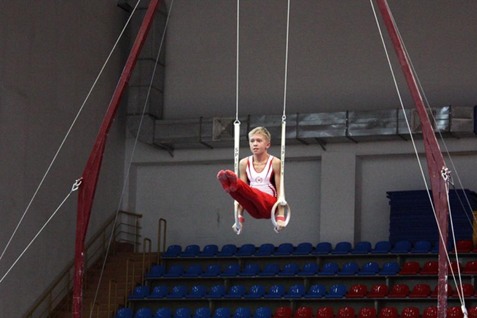 Даже с юном возрасте гимнасты выполняют сложнейшие элементы.