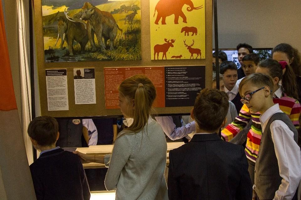 Первыми посетителями выставки стали дети.