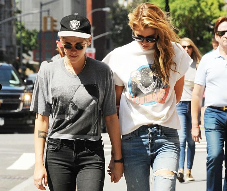 Кристен Стюарт (слева) встречается сейчас с моделью Стеллой Максвелл